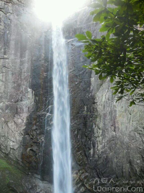 白马尖景区和龙井河瀑布群景区,可以看到五彩斑斓的大别山