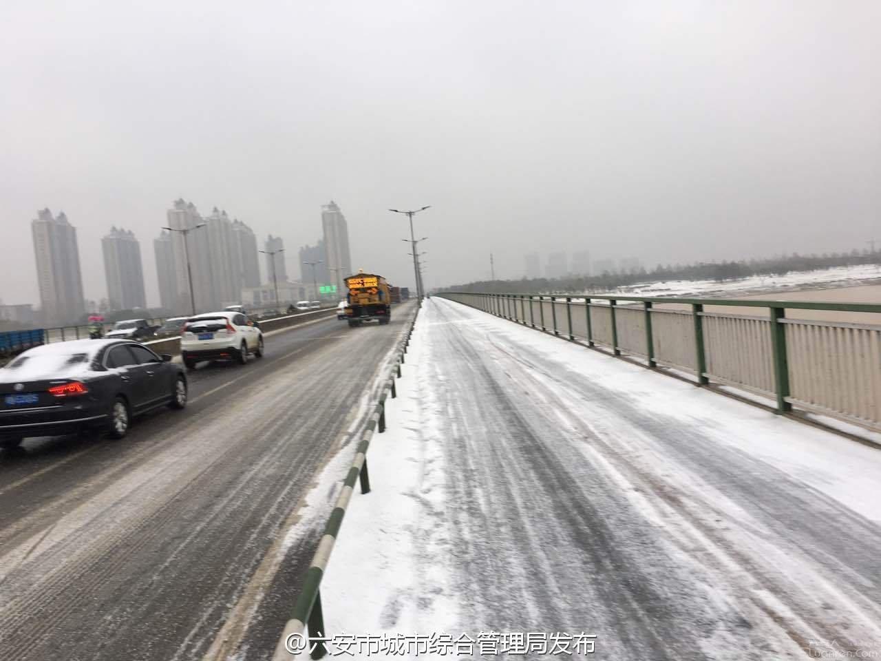 六安皋城路大桥和新安大桥桥面结冰,相关单位组织人员洒溶雪剂