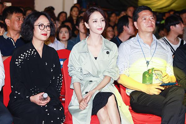 佟丽娅身着艾莱依18新款风衣与艾莱依集团董事长陈频女士同排观秀.jpg